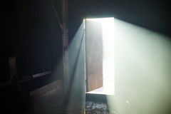 Helle offene Tür in einer Dunkelkammer Lizenzfreie Stockbilder