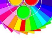Helle Palette von Farben und von offener Blechdose mit gelber Farbe stockfotografie
