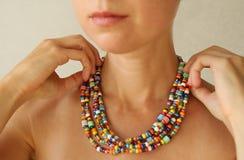 Helle Perlen von Murano-Glas auf einem jungen Mädchen Kleider eines Mädchens und Knopfperlen, Schmuck stockfoto