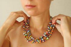 Helle Perlen von Murano-Glas auf einem jungen Mädchen Kleider eines Mädchens und Knopfperlen, Schmuck lizenzfreies stockfoto