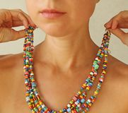 Helle Perlen von Murano-Glas auf einem jungen Mädchen Kleider eines Mädchens und Knopfperlen, Schmuck lizenzfreies stockbild