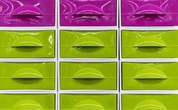 Helle Plastikkästen für die Speicherung von Haushaltsartikeln lizenzfreies stockbild