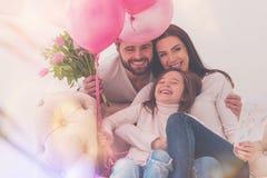 Helle prachtvolle Familie, die einen glücklichen Moment teilt Lizenzfreies Stockfoto