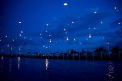 Helle Reflexionen auf der Ufergegend