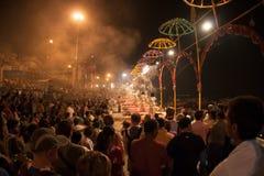 Helle Regenschirme nachts Puja Stockfoto