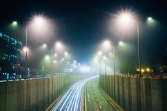 Helle Richtungen in den Nebel, Stadtlandschaft stockbild