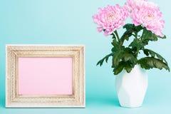 Helle rosa Blume auf einer Tabelle mit leerer Bilderrahmen-Grußkarte Glückliches Mutter ` s Tag-, Frauen ` s Tag-, Valentinsgruß  Lizenzfreies Stockbild