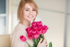 Helle rosa Blumen in den Händen des Mädchens. Stockfoto