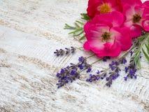 Helle rosa Rosen und Provence-Lavendelblumenstrauß stockbilder