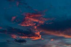 Helle rosa Sonnenuntergangwolken auf blauem Himmel lizenzfreie stockfotografie