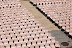 Helle Rosa-Stühle in den Reihen stockfotografie