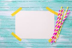 Helle rosa und gelbe Papierstrohe und Empty tag für Text Stockfotos