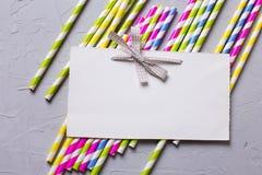 Helle rosa und gelbe Papierstrohe und Empty tag für Text Lizenzfreies Stockbild
