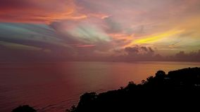 Helle rote Dämmerung Auf der Insel von Bali, Amed Indonesien, Asien Schießen von der Luft stock footage
