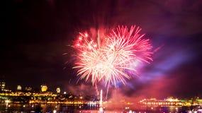 Helle rote und rosa Feuerwerke   Québec-Stadt lizenzfreie stockbilder