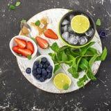 Helle saftige reife Beeren und Früchte für gesunde Rezepte des Sommers, Erfrischungsgetränke, Frühstücke, Snäcke in den Brotdosen Stockfotografie