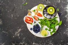Helle saftige reife Beeren und Früchte für gesunde Rezepte des Sommers, Erfrischungsgetränke, Frühstücke, Snäcke in den Brotdosen Stockbilder