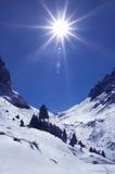 Helle Sonne in den Winterbergen Stockfotos