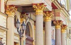 Helle Spalten des Gebäudes, alter Hof, vergoldeter Kolabaum lizenzfreies stockfoto
