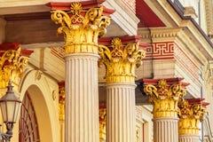 Helle Spalten des Gebäudes, alter Hof, vergoldeter Kolabaum stockfotografie