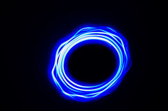 Helle Spirale und blaue Linien auf einem schwarzen Hintergrund Lizenzfreies Stockbild