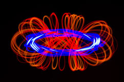 Helle Spiralen-, Rote und Blauelinien auf einem schwarzen Hintergrund Stockbild