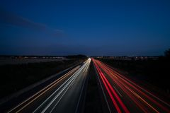 Helle Spuren auf Autobahn stockfotografie