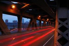 Helle Spuren der Autos in der Brücke Stockfotografie