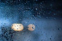 Helle Stellen und abstrakter Hintergrund der Regentropfen stockfoto