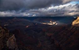 Helle Strahlen Pierce durch Wolken in Grand Canyon Stockfotografie