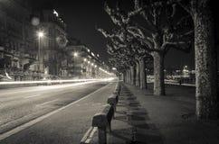 Helle Streifen in der Nacht von Genf Stockbilder
