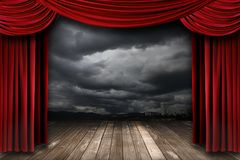 Helle Stufe mit roten Samt-Theater-Trennvorhängen Lizenzfreie Stockbilder