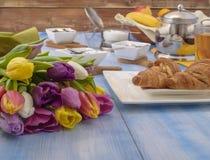 Helle Tulpen, Tee mit Zitrone, Gebäck auf einer weißen Platte Lizenzfreie Stockbilder