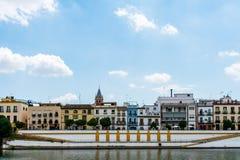 Helle und bunte Häuser auf der Bank des Kanals stockfotos