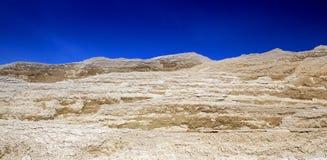 Helle und sonnige Landschaft nahe dem See Stockfotos