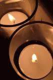 2 helle votive Kerzen des Tees in der obenliegenden Ansicht des Klarglases Lizenzfreie Stockbilder