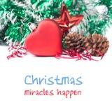 Helle Weihnachtseinladungsschablone mit rotem Spielzeugherzen des Spielzeugs, Spielzeug Strobile und Stern Grüne Weihnachtsdekora Stockbild