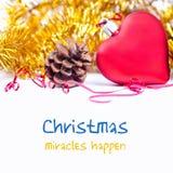Helle Weihnachtsgrußkartenschablone mit rotem Spielzeugherzen und gelber Weihnachtsdekoration Lizenzfreies Stockbild