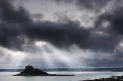 Helle Wellen über einem düsteren St- Michael` s bringen an Stockfoto