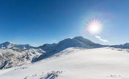 Helle Winterlandschaft in den Bergen, wenn dem Frost und Felsen mit frischem Schnee bedeckt sind Lizenzfreies Stockbild