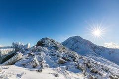Helle Winterlandschaft in den Bergen, wenn dem Frost und Felsen mit frischem Schnee bedeckt sind Lizenzfreies Stockfoto