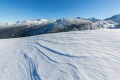 Helle Winterlandschaft in den Bergen, wenn dem Frost und Felsen mit frischem Schnee bedeckt sind Lizenzfreie Stockfotografie