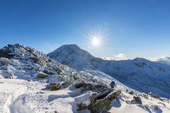Helle Winterlandschaft in den Bergen, wenn dem Frost und Felsen mit frischem Schnee bedeckt sind Stockfoto