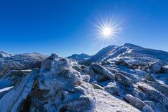 Helle Winterlandschaft in den Bergen, wenn dem Frost und Felsen mit frischem Schnee bedeckt sind Stockbilder
