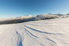 Helle Winterlandschaft in den Bergen, wenn dem Frost und Felsen mit frischem Schnee bedeckt sind Stockfotos