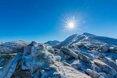 Helle Winterlandschaft in den Bergen, wenn dem Frost und Felsen mit frischem Schnee bedeckt sind Stockbild