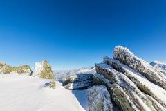 Helle Winterlandschaft in den Bergen, wenn dem Frost und Felsen mit frischem Schnee bedeckt sind Stockfotografie