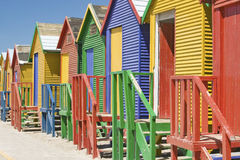 Helle Zeichenstift-farbige Strand-Hütten bei St James, falsche Bucht auf dem Indischen Ozean, außerhalb Cape Towns, Südafrika Lizenzfreies Stockfoto