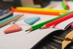 Helle Zeichenstiftlüge auf einem Notizbuch Bildung concepte lizenzfreies stockbild