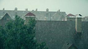 Hellende daken van rijtjeshuizen in de regen stock videobeelden